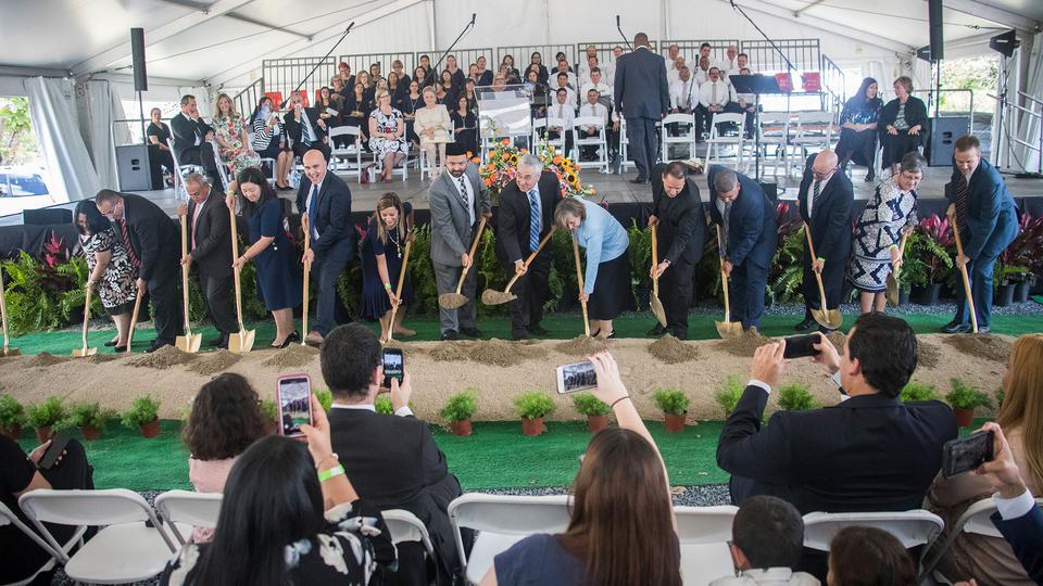 Se realiza la palada inicial para la construcción del Templo de San Juan, Puerto Rico