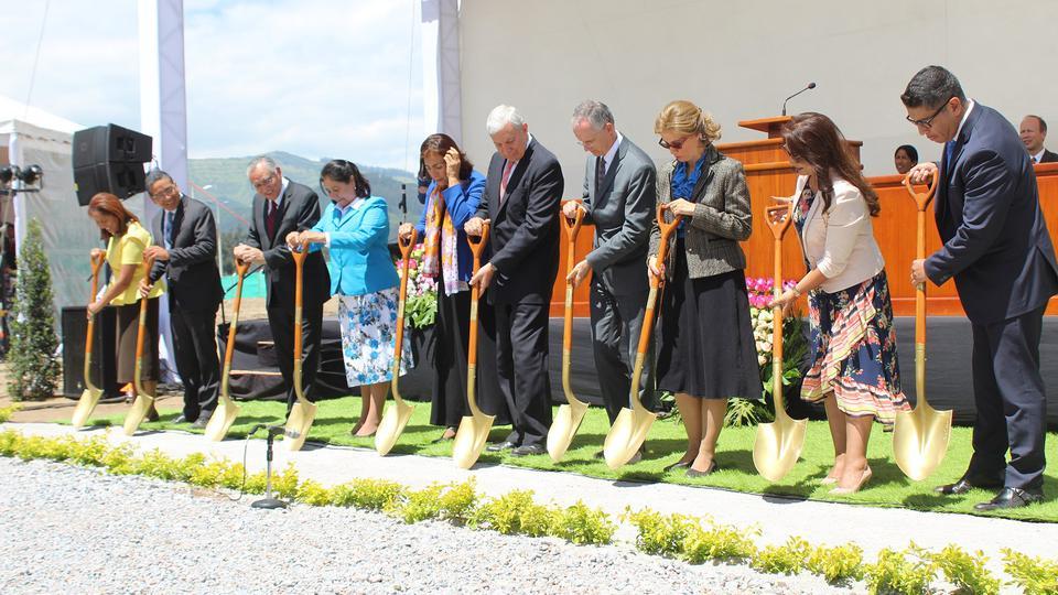 Se realiza la Primera Palada del Templo de Quito, Ecuador