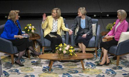 """Las hermanas líderes de la Iglesia responden preguntas sobre la pertenencia, dudas e insuficiencia en elevento""""De Hermana a Hermana"""""""