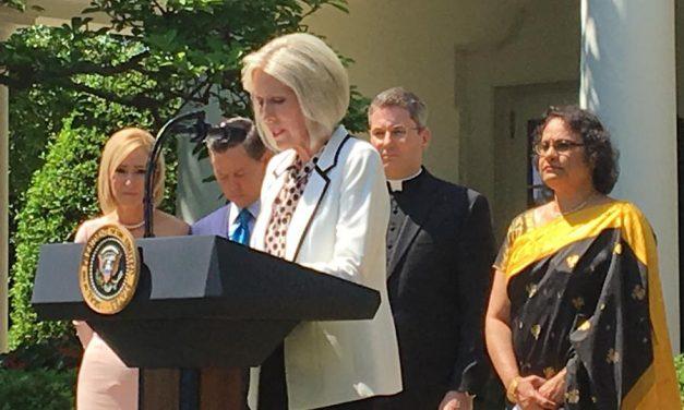 Presidenta general de la Primaria ofrece una oración en la Casa Blanca