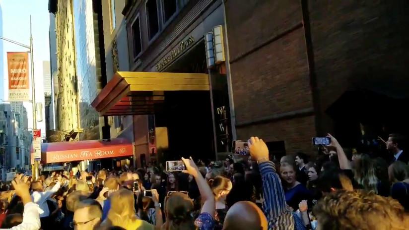 """El coro que se ha vuelto viral al cantar """"Asombro me da"""" durante el apagón de Nueva York"""