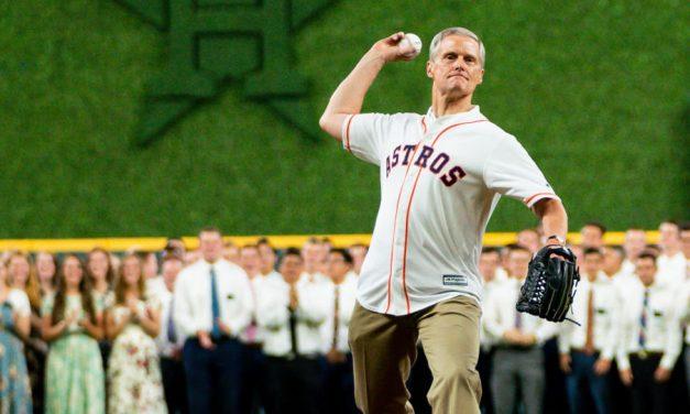 Elder Bednar realiza el primer lanzamiento en el juego de los Astros