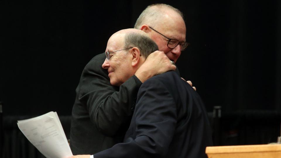 Construyendo puentes: El abrazo entre un Apóstol y un Cardenal