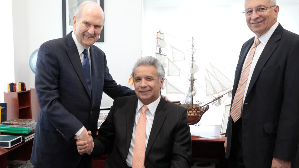 El presidente Nelson se reúne con el presidente Lenín Moreno en Ecuador, donde el programa apoyado por la iglesia ayuda a los niños hospitalizados
