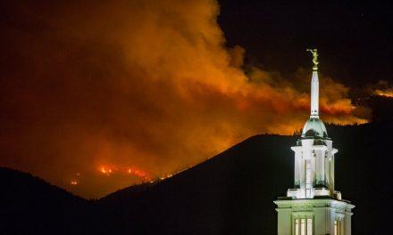 Fotos: Templo de Bountiful, Utah, rodeado de llamas de fuego después de que cientos de personas fueron evacuadas