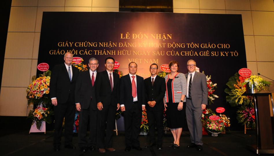 Gobierno de Vietnam presenta certificado oficial que autoriza a los miembros de La Iglesia de Jesucristo a realizar actividades religiosas