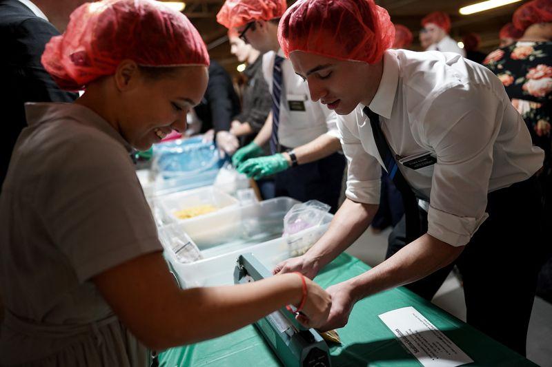 misioneros alimentan a familias