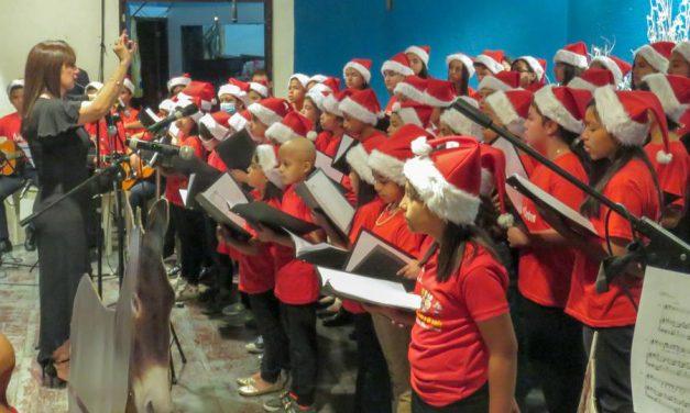 El angelical coro de niños de la Iglesia de Jesucristo junto a los niños con cáncer