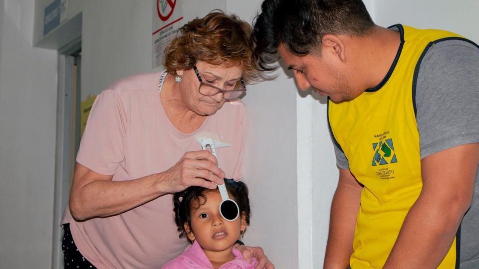 Manos que Ayudan presentes en cirugías a niños con estrabismo en Ecuador