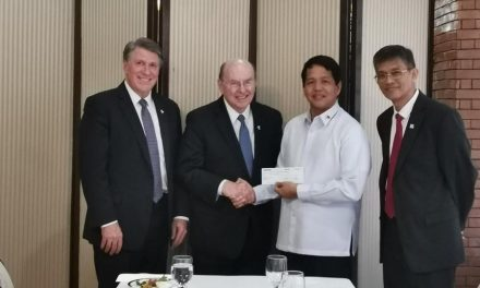El élder Cook se reúne con el presidente de Filipinas después de la erupción del volcán
