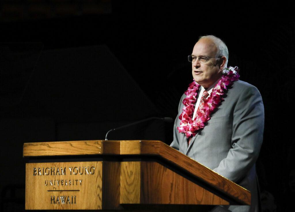 élder Paul V. Johnson en BYU