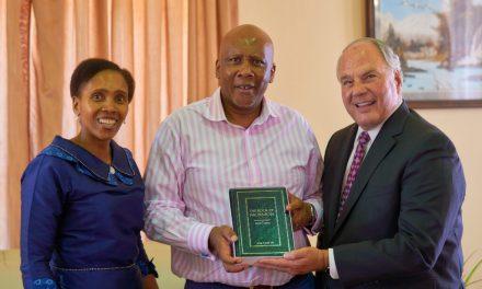 Élder Rasband se reúne con el rey de Lesotho antes de dedicar el Templo de Durban, Sudáfrica