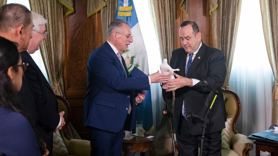 élder Soares y presidente de Guatemala