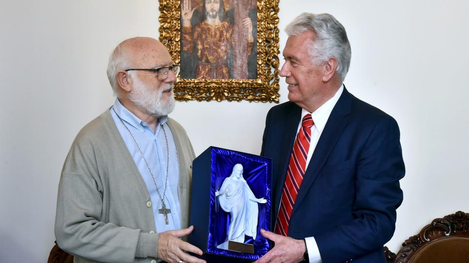 El élder Uchtdorf y el Arzobispo Aós oran juntos por la paz