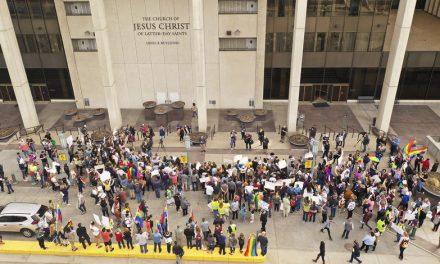 Estudiantes LGBT de BYU protestan frente a las oficinas de la Iglesia de Jesucristo en Salt Lake City