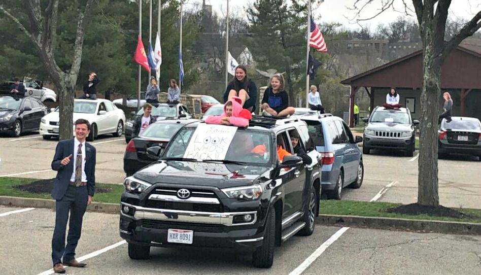 Caravana recibe a misioneros que regresaron a casa para prevenir el covid-19