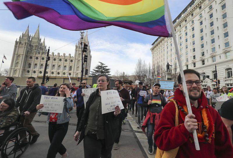estudiantes BYU protestan frente a las oficinas de Iglesia