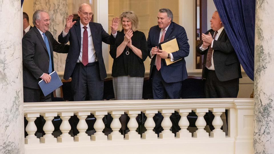 El presidente Eyring ofrece una tierna oración en el Senado de Idaho