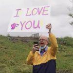 hombre expresa su amor a su esposa