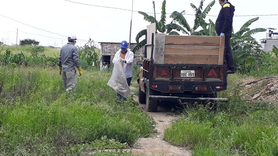 Miembros de la Iglesia de Jesucristo donan alimentos en Ecuador