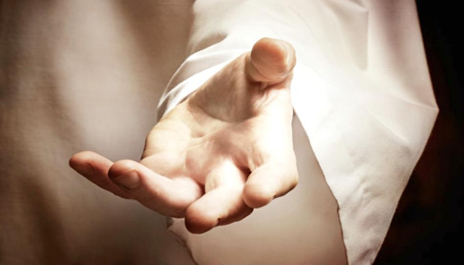 En las manos de Dios podemos ser fortalecidos y sostenidos. Él siempre está ahí para nosotros
