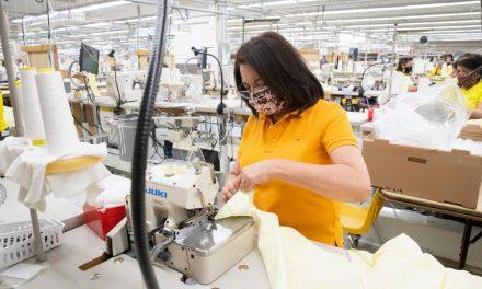 Las fábricas de Garments funcionan ahora para producir mascarillas y batas quirúrgicas