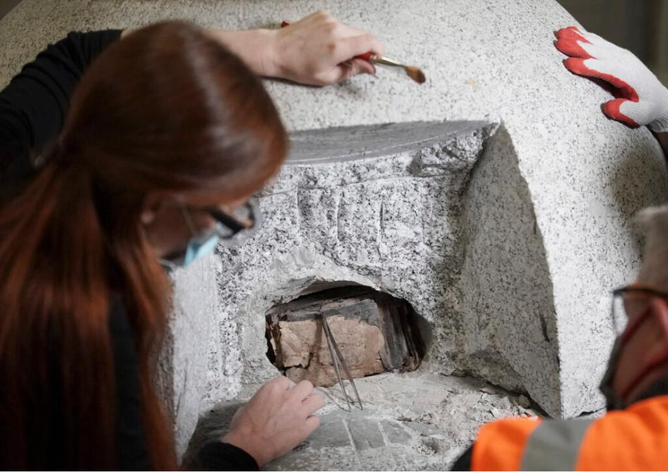 Emiline Twitchell, conservadora de la Biblioteca de historia de la Iglesia observa el contenido de la cápsula del tiempo del templo de Salt Lake. Créditos: Jeffrey D. Allred, Deseret News