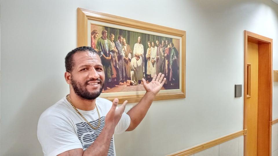 Reverendo ve una publicación de los misioneros y se bautiza en 14 días
