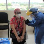 médica miembo de la iglesia primera en vacunarse