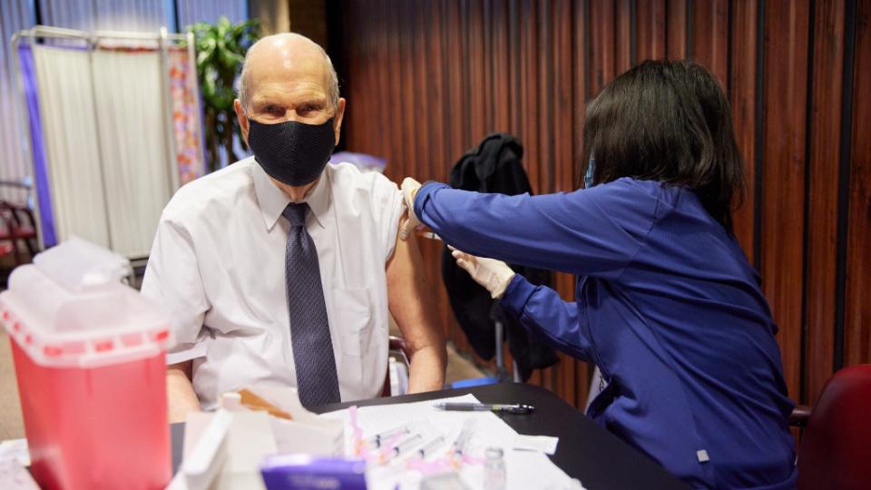 El presidente Nelson recibe la vacuna del COVID-19