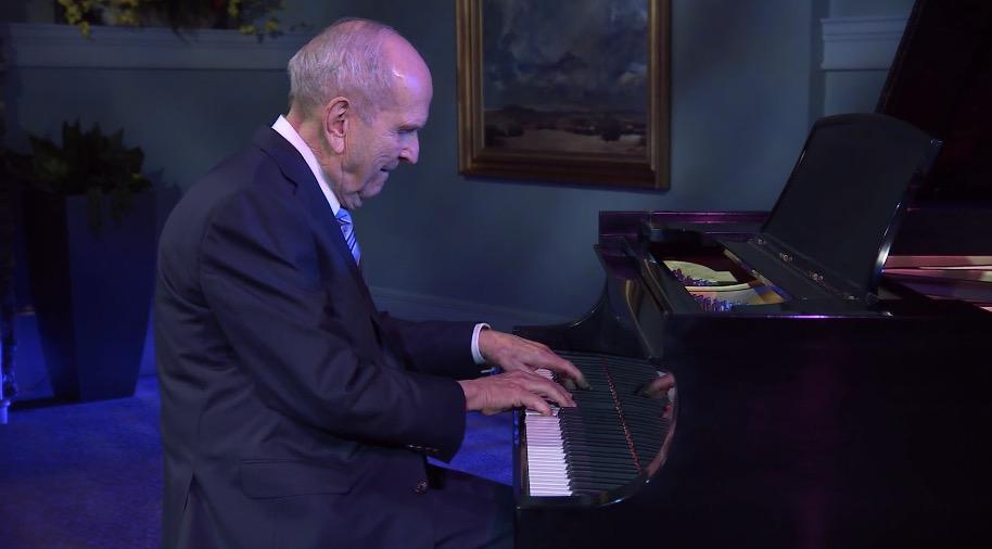 """Esta noche, el presidente Nelson sorprende a los jóvenes tocando """"Juventud de Israel"""" en el piano durante el Festival de Música."""