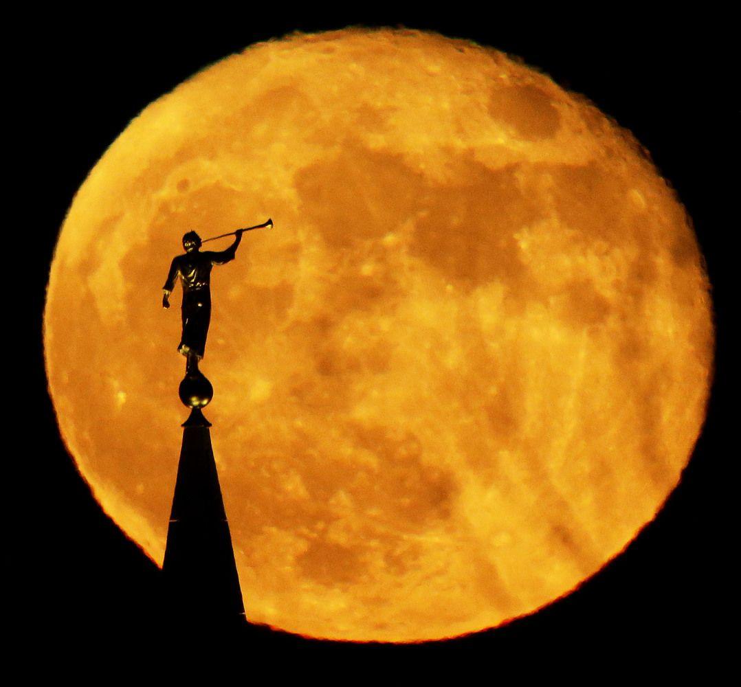 Templos en plena luna llena.