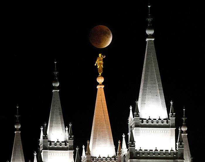 Templo y luna llena