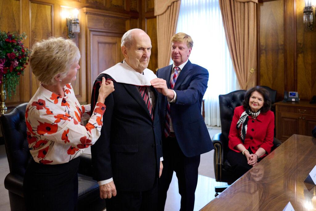 Presidente Nelson es honrado por la Universidad de Utah por sus contribuciones significativas a la ciencia médica